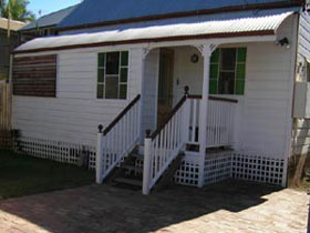 A Pine Cottage - Accommodation QLD