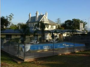 Airlie House Motor Inn - Accommodation QLD