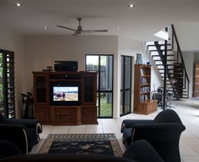 Dolphin Beach House - Accommodation QLD