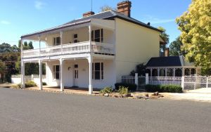 The White House Carcoar - Accommodation QLD