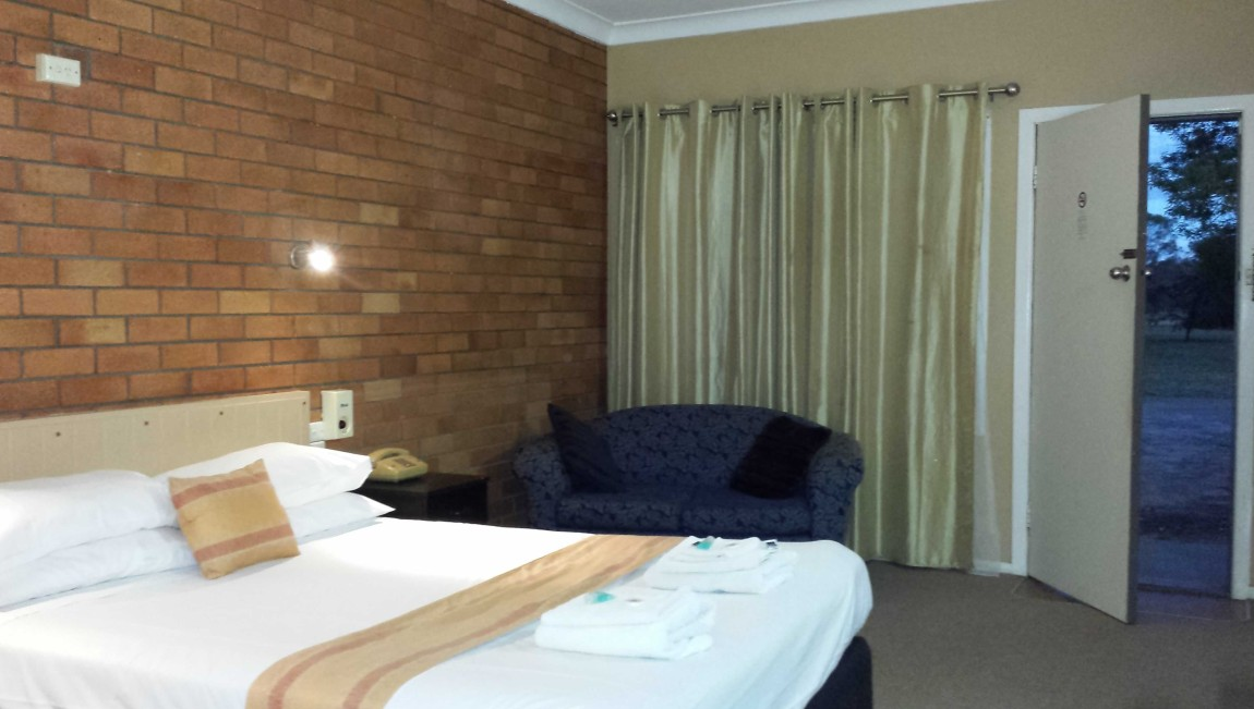 AA Hilldrop Motor Inn - Accommodation QLD