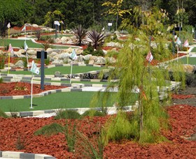 18 Hole Mini Golf - Club Husky - Accommodation QLD