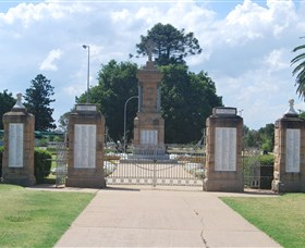 Warwick War Memorial and Gates - Accommodation QLD