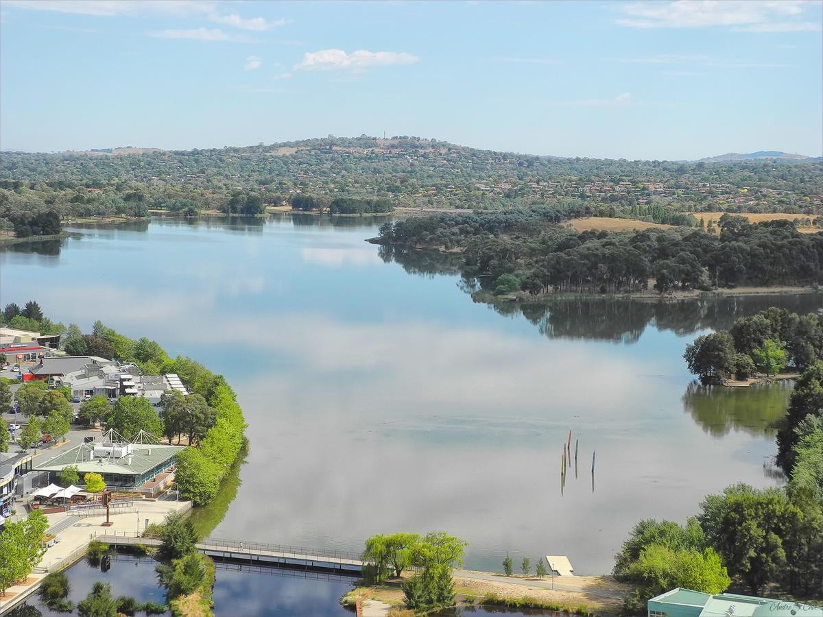 3BR Executive Apartment with Lake and Mountain views - Accommodation QLD