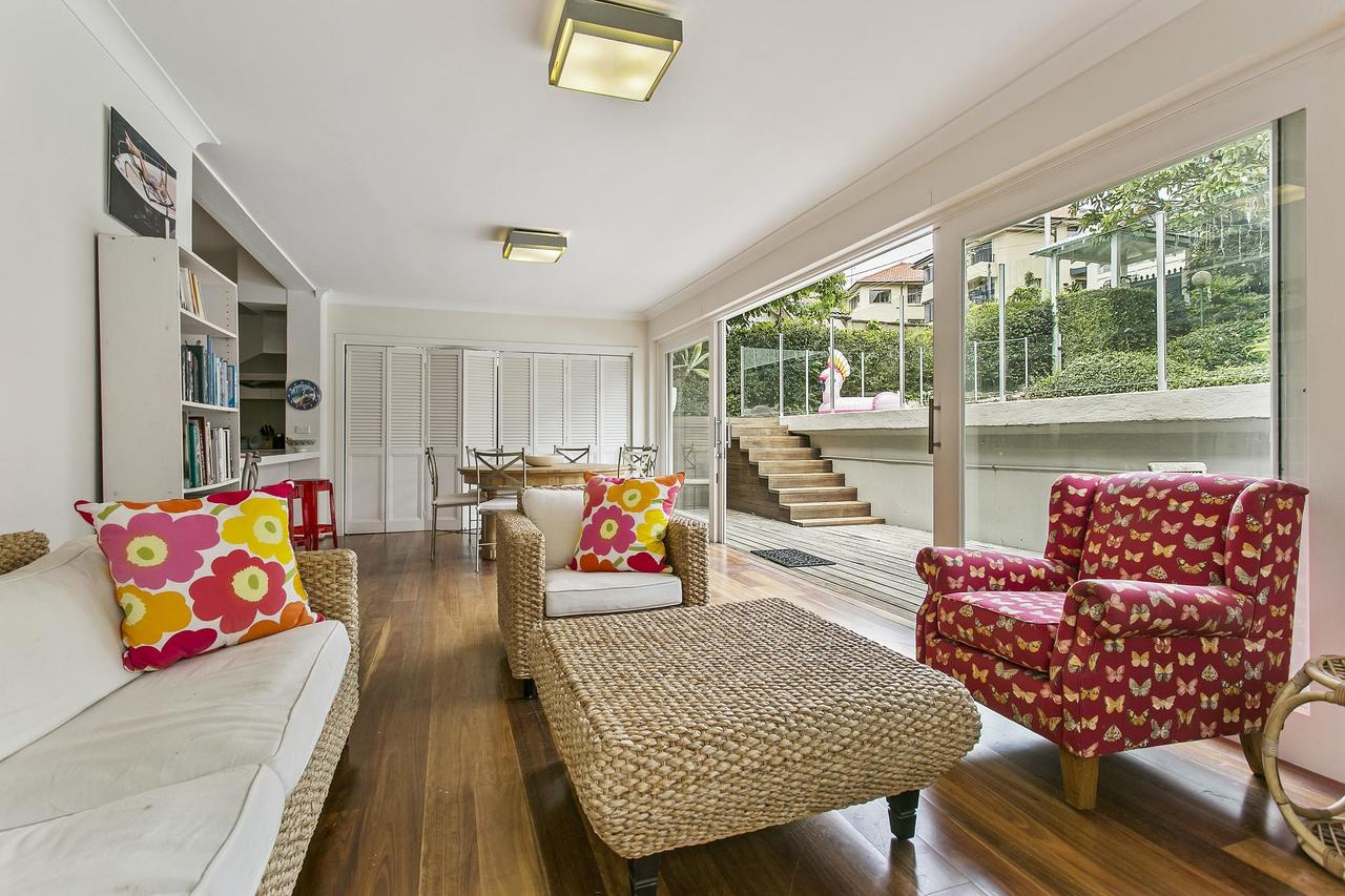 Summery spacious 4 bed home in Kurraba Point - Accommodation QLD