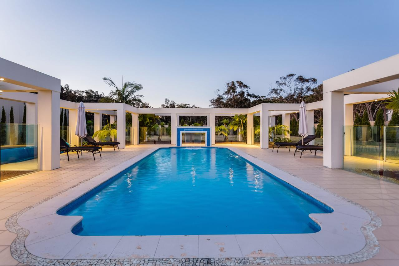 One Mile Mansion - Private Coastal Retreat FREE FAMILY ADVENTURE PASS - Accommodation QLD