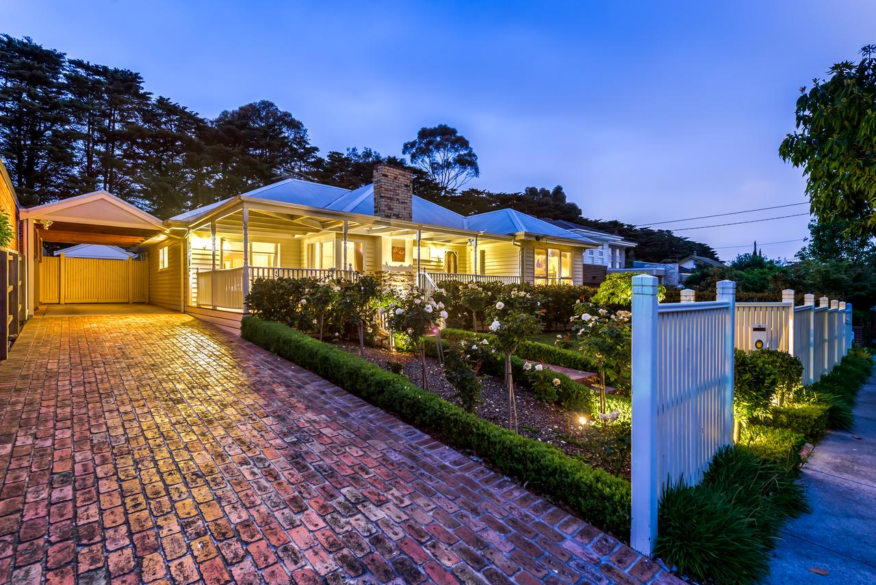 Lovely 5BR full house in Glen Waverley walk to train bus  shops - Accommodation QLD